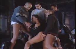Milf vogliosa di cazzi trombata da un gruppo di maschi