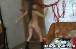 Diciottenne si masturba con il dildo davanti alla webcam.