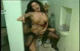 Erika Bella in ginocchio nel cesso per un pompino