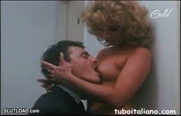 Simona Valli e l'amica porca si lasciano leccare