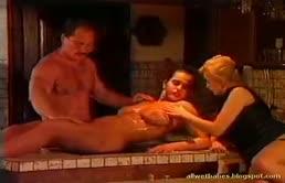 Massaggio erotico con due lesbiche e uno stallone